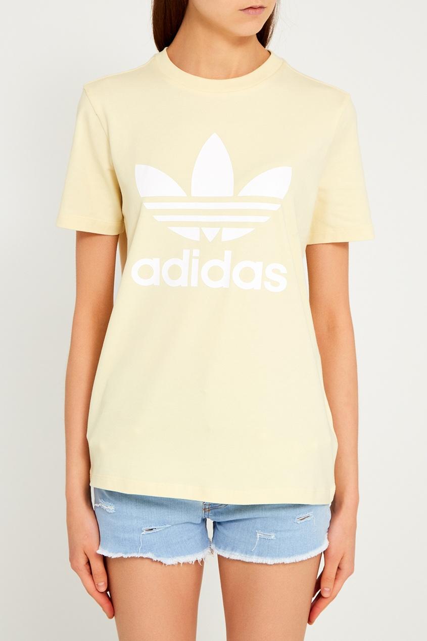 Желтая футболка с логотипом