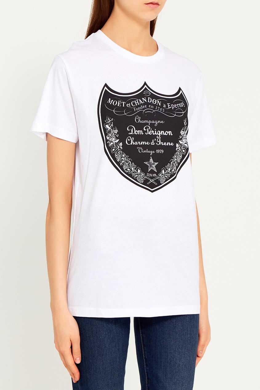 Белая футболка с эмблемой