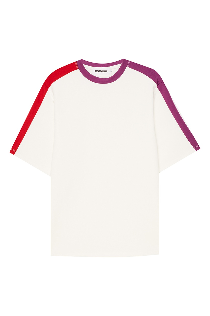 Белая футболка с разноцветными полосками