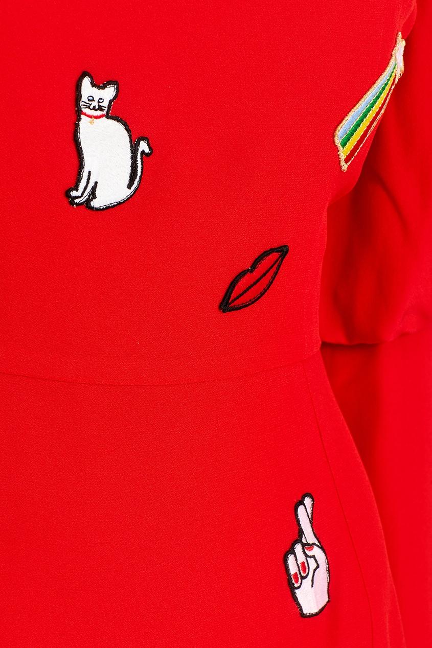 Красное платье с вышивками
