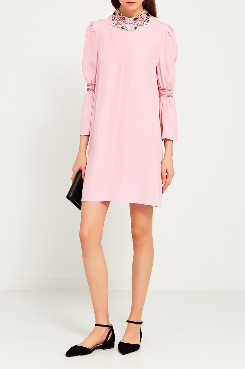 Розовое платье с вышитым воротником