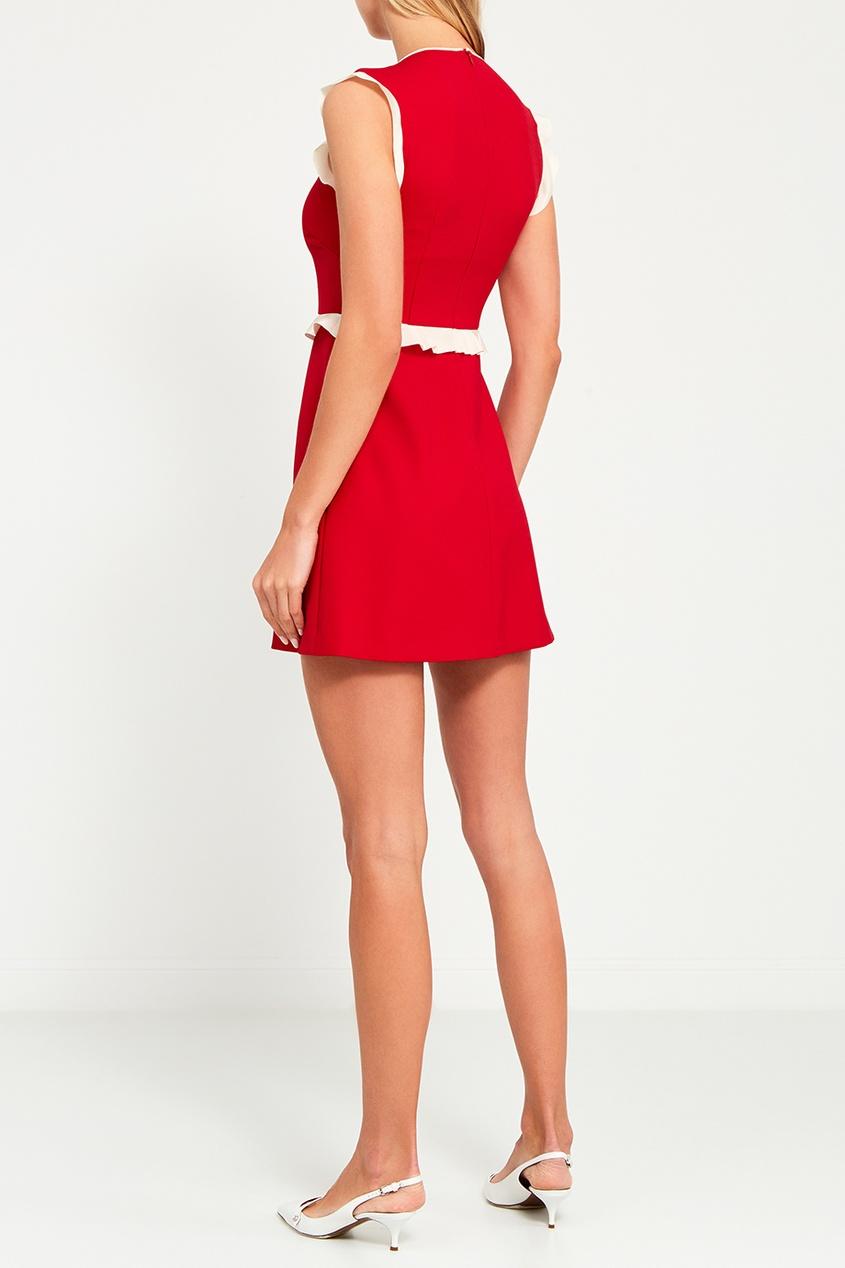 Красное платье с белыми оборками