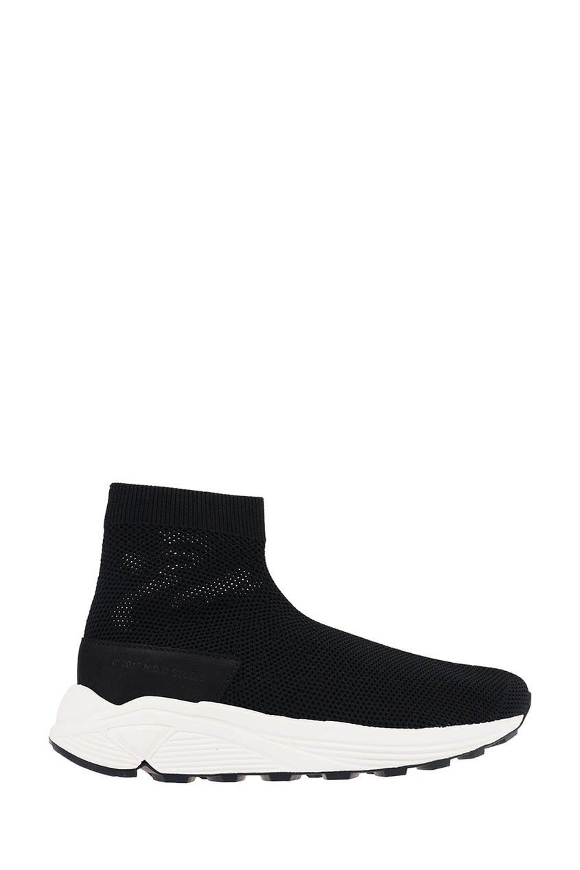 Купить со скидкой Черные текстильные кроссовки на белой подошве