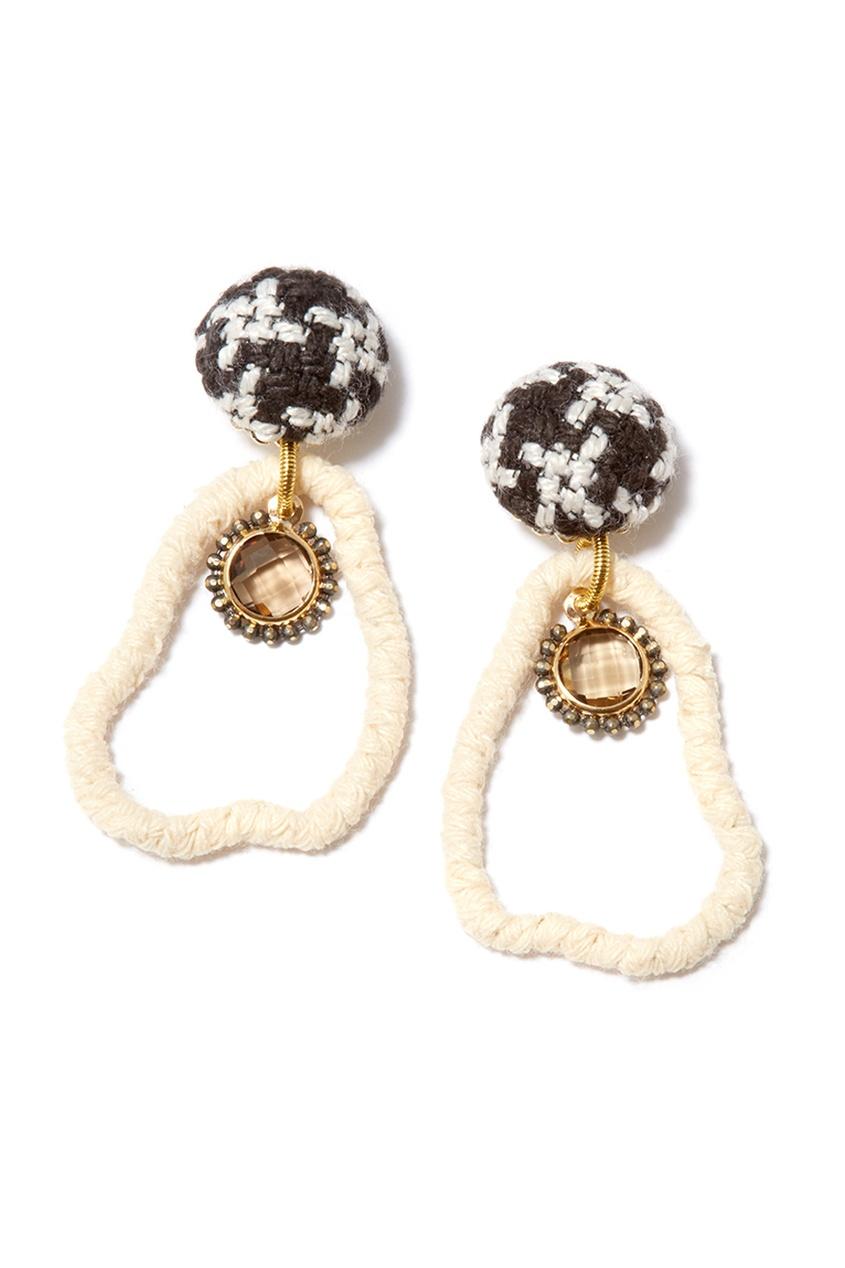 Плетеные серьги из черно-белых нитей