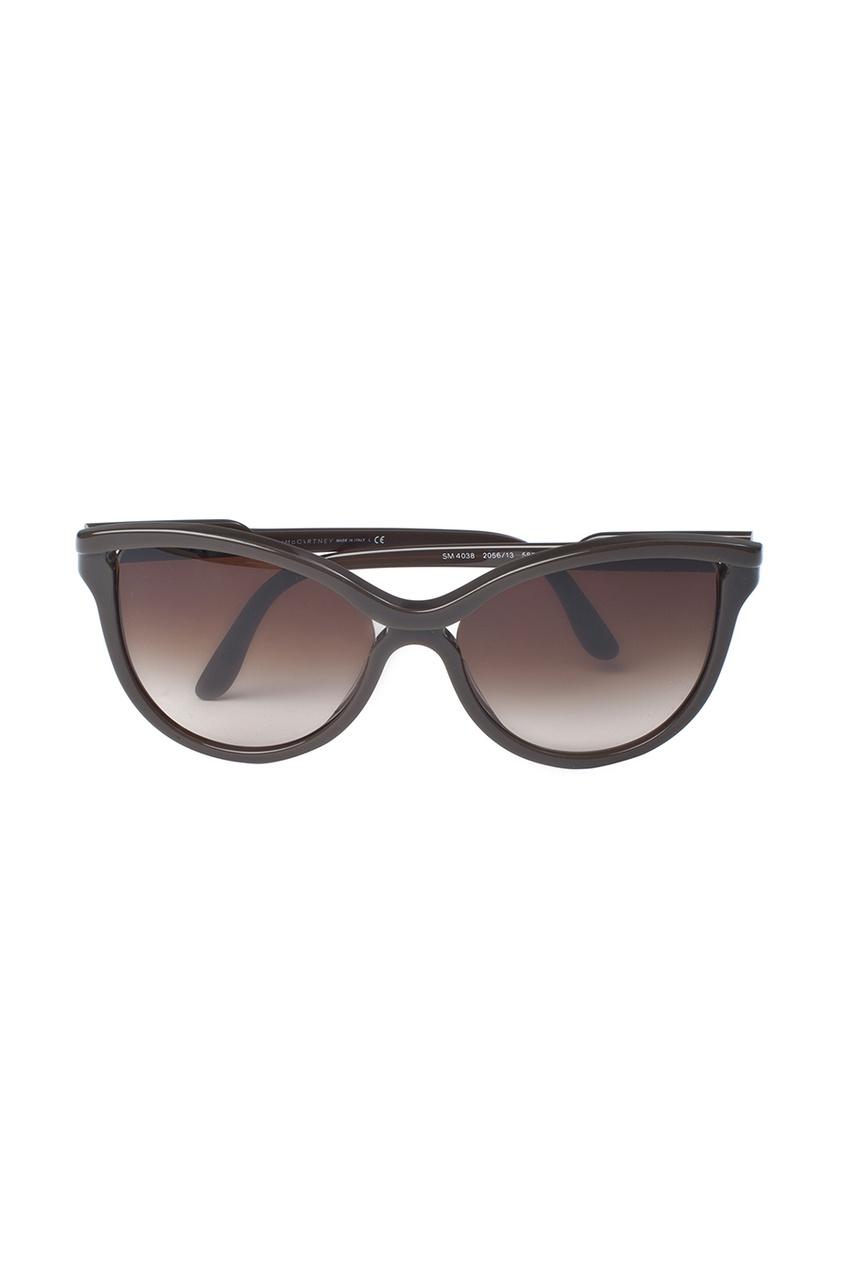Солнцезащитные очки в темной оправе