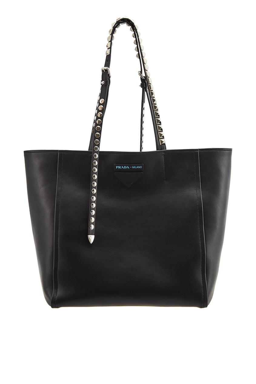 Черная сумка с заклепками на ручках
