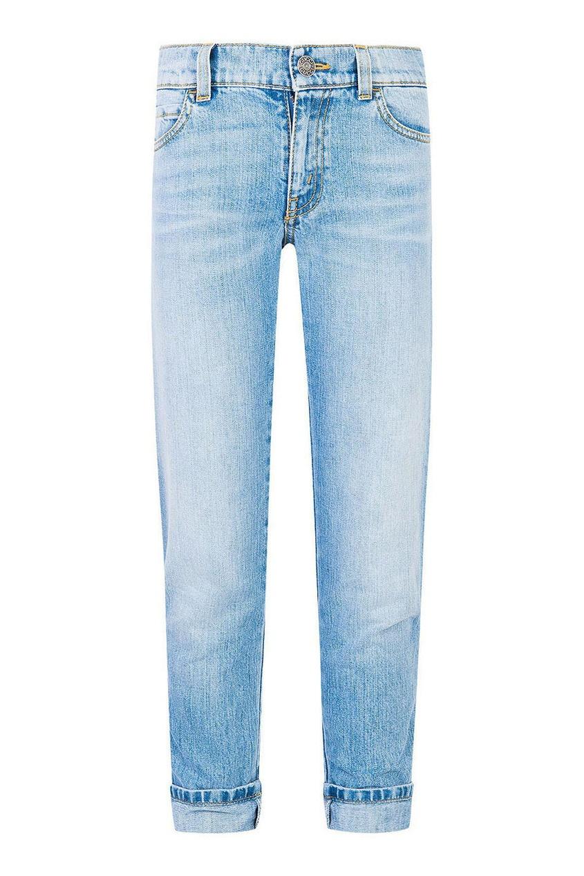 Голубые джинсы с подворотами