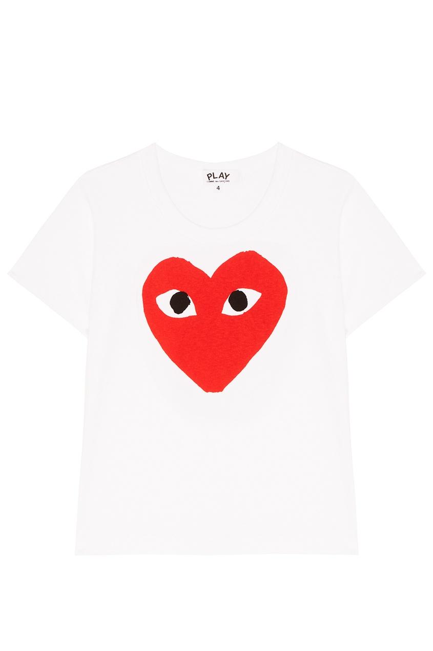 Белая футболка с красным сердцем