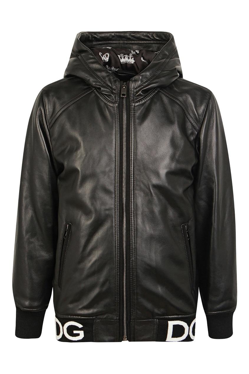Черная куртка с капюшоном