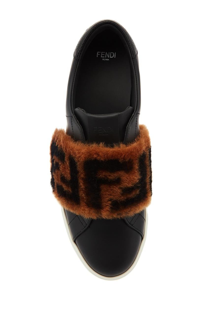 Фото 6 - Черные кожаные слипоны с меховой отделкой от Fendi черного цвета