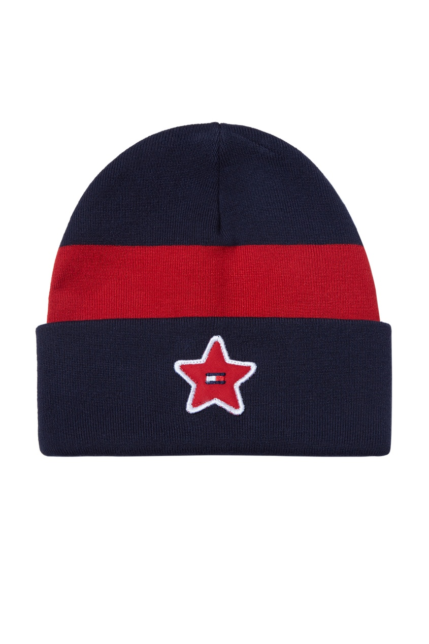 Контрастная шапка-бини с нашивкой