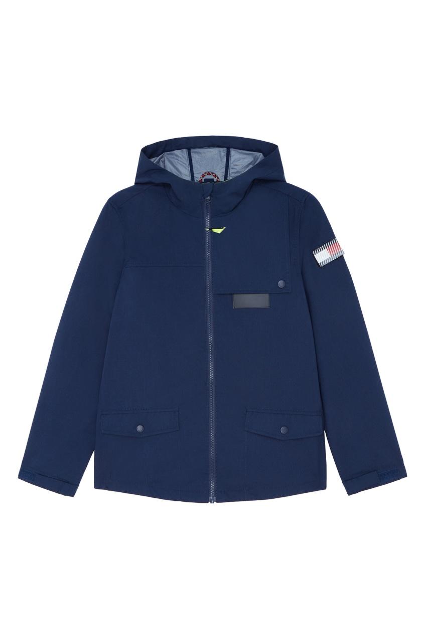 Синяя куртка с нашивкой на рукаве