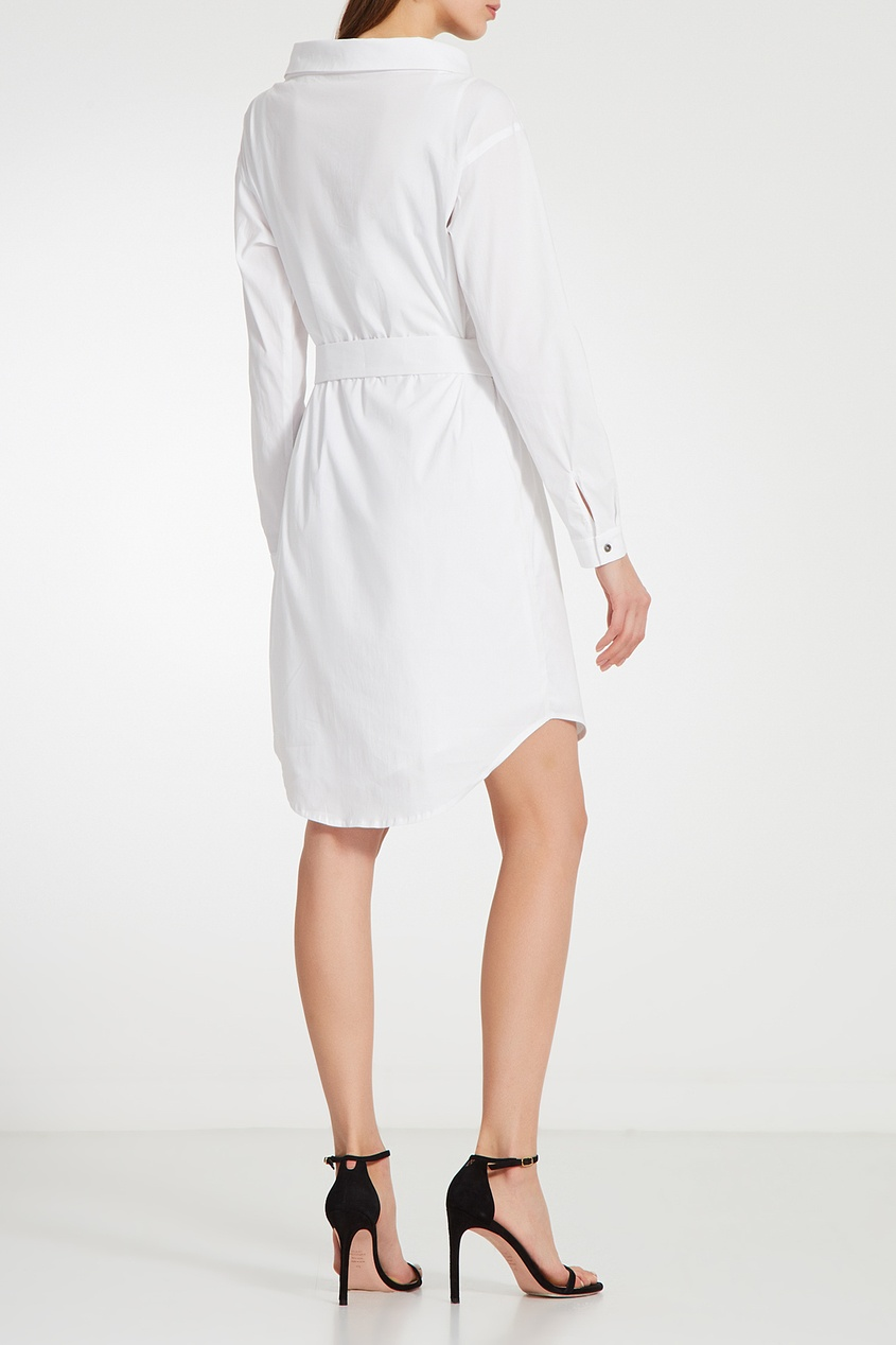 Фото 2 - Платье-рубашка с поясом белого цвета