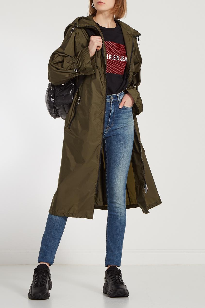 Фото 3 - Зауженные джинсы с потертостями синего цвета