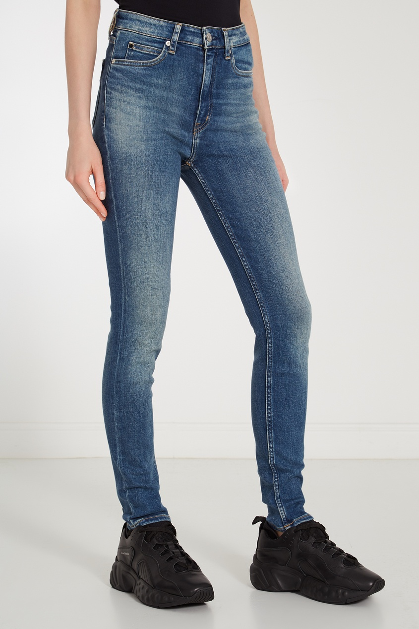 Фото 4 - Зауженные джинсы с потертостями синего цвета