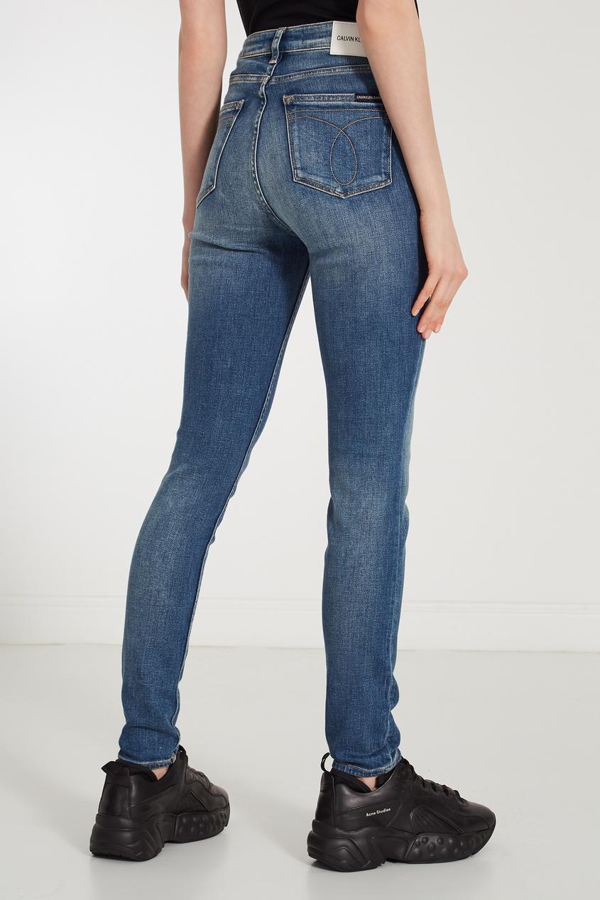 Фото 5 - Зауженные джинсы с потертостями синего цвета