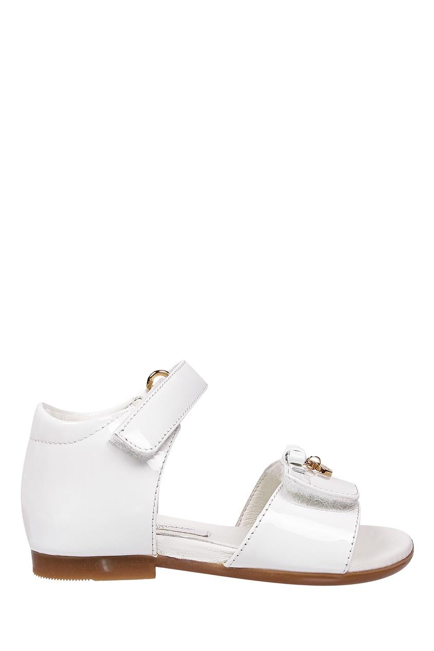 Белые лакированные сандалии