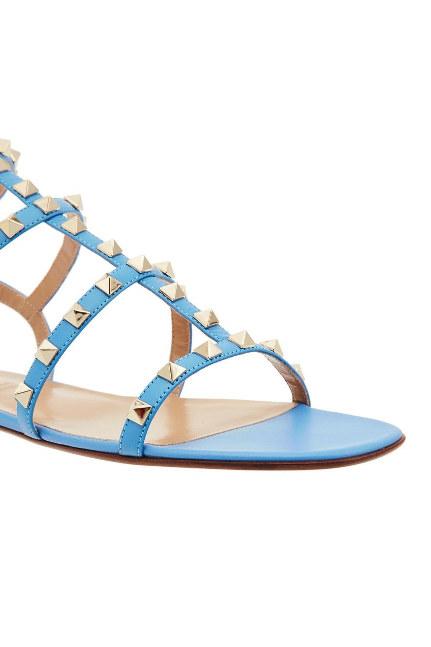 Фото 5 - Голубые сандалии Valentino Garavani Rockstud голубого цвета