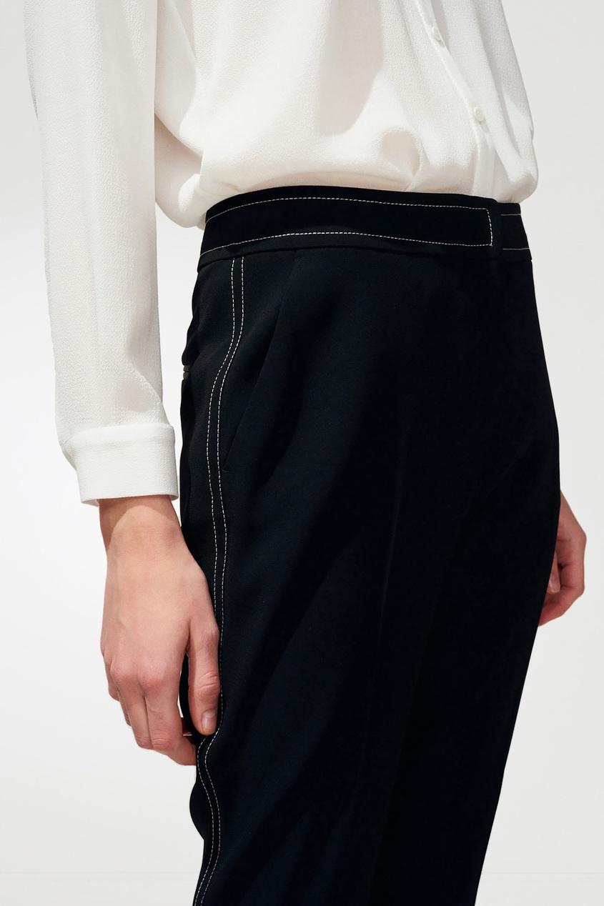 Фото 2 - Черные брюки с контрастной отделкой черного цвета