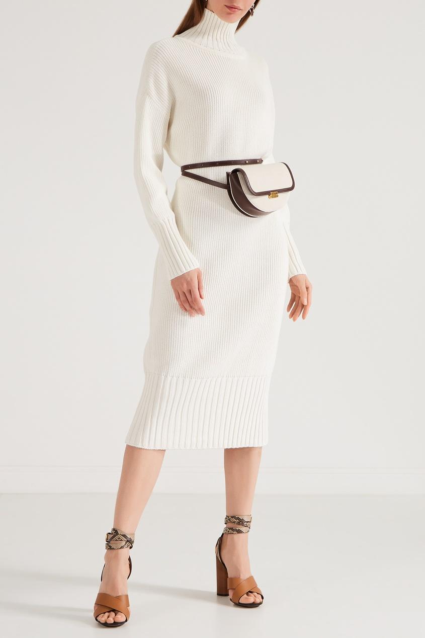 Фото 2 - Вязаное платье с высоким воротником белого цвета