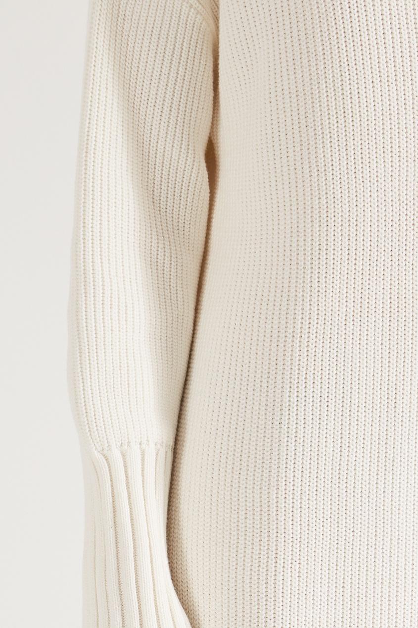 Фото 4 - Вязаное платье с высоким воротником белого цвета
