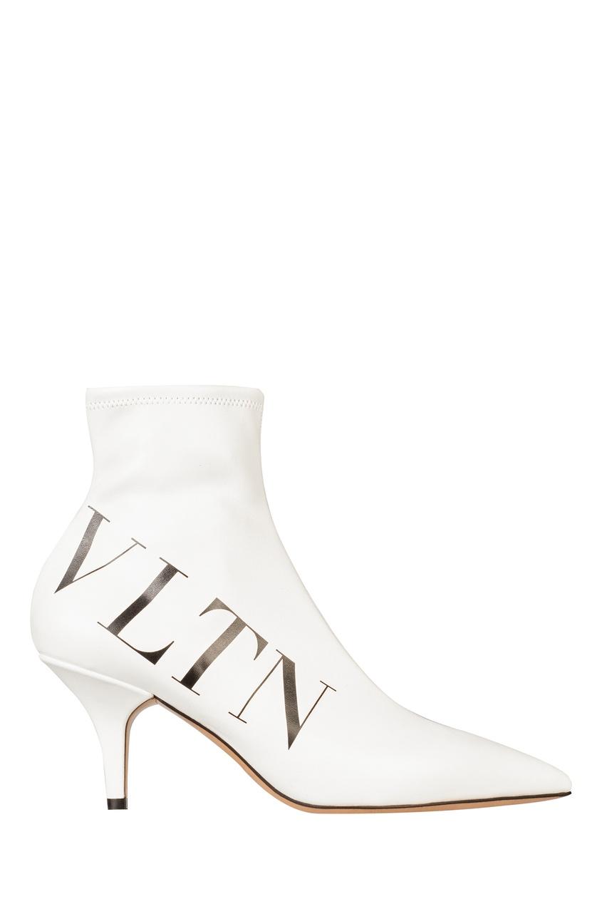 Фото - Белые ботильоны с принтом от Valentino белого цвета