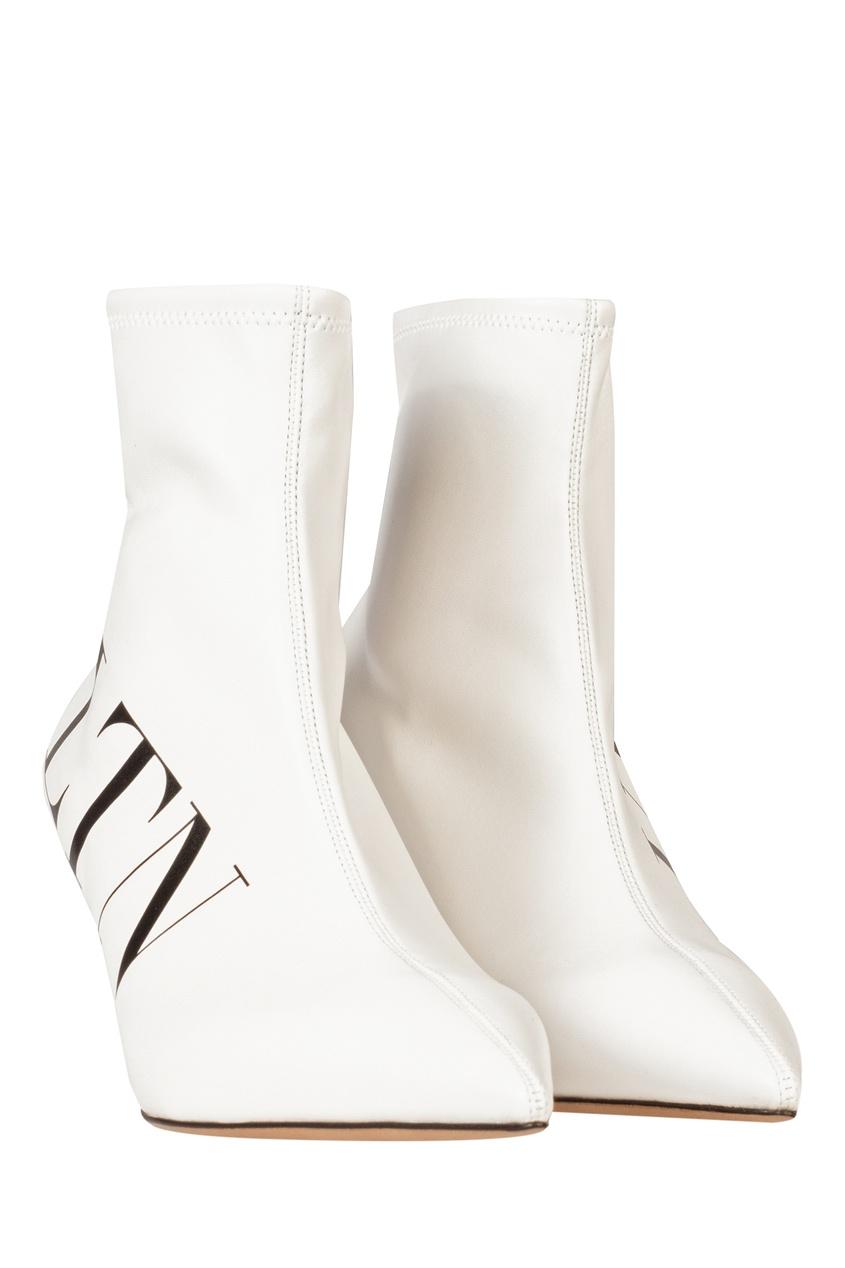 Фото 3 - Белые ботильоны с принтом от Valentino белого цвета