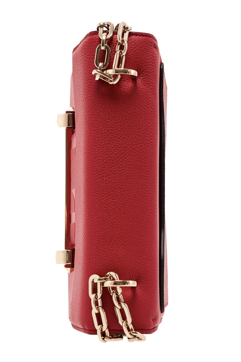 Фото 2 - Красная сумка с отделкой от Valentino красного цвета
