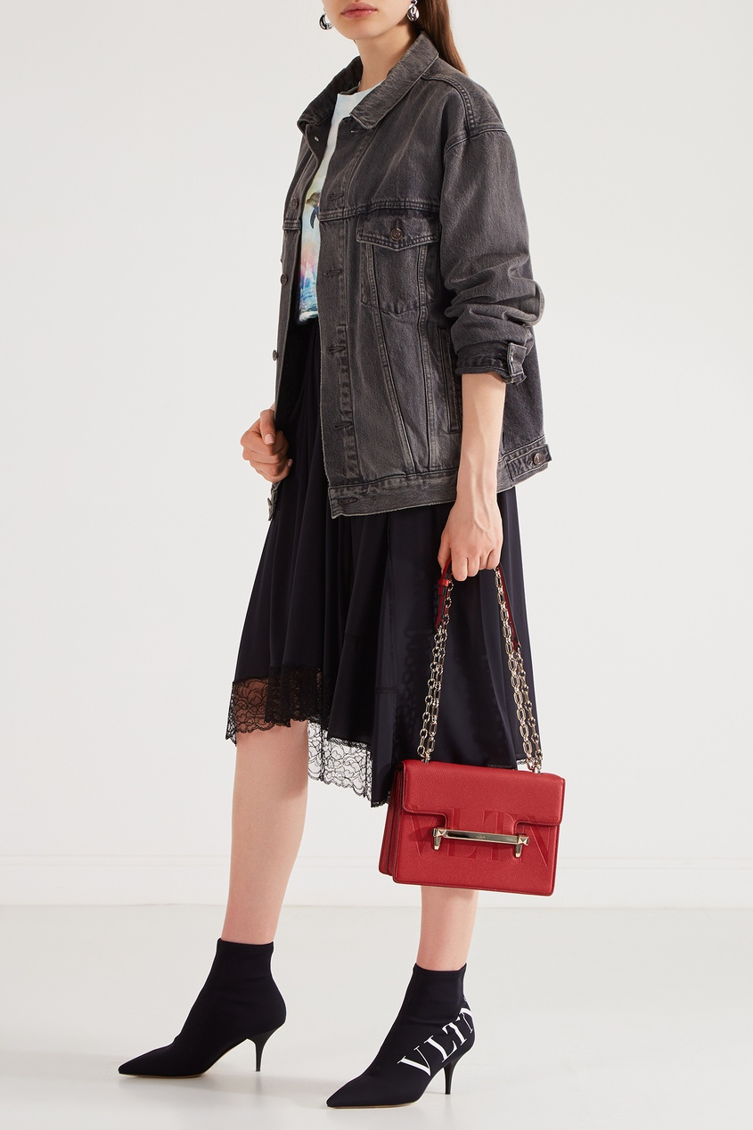 Фото 5 - Красная сумка с отделкой от Valentino красного цвета