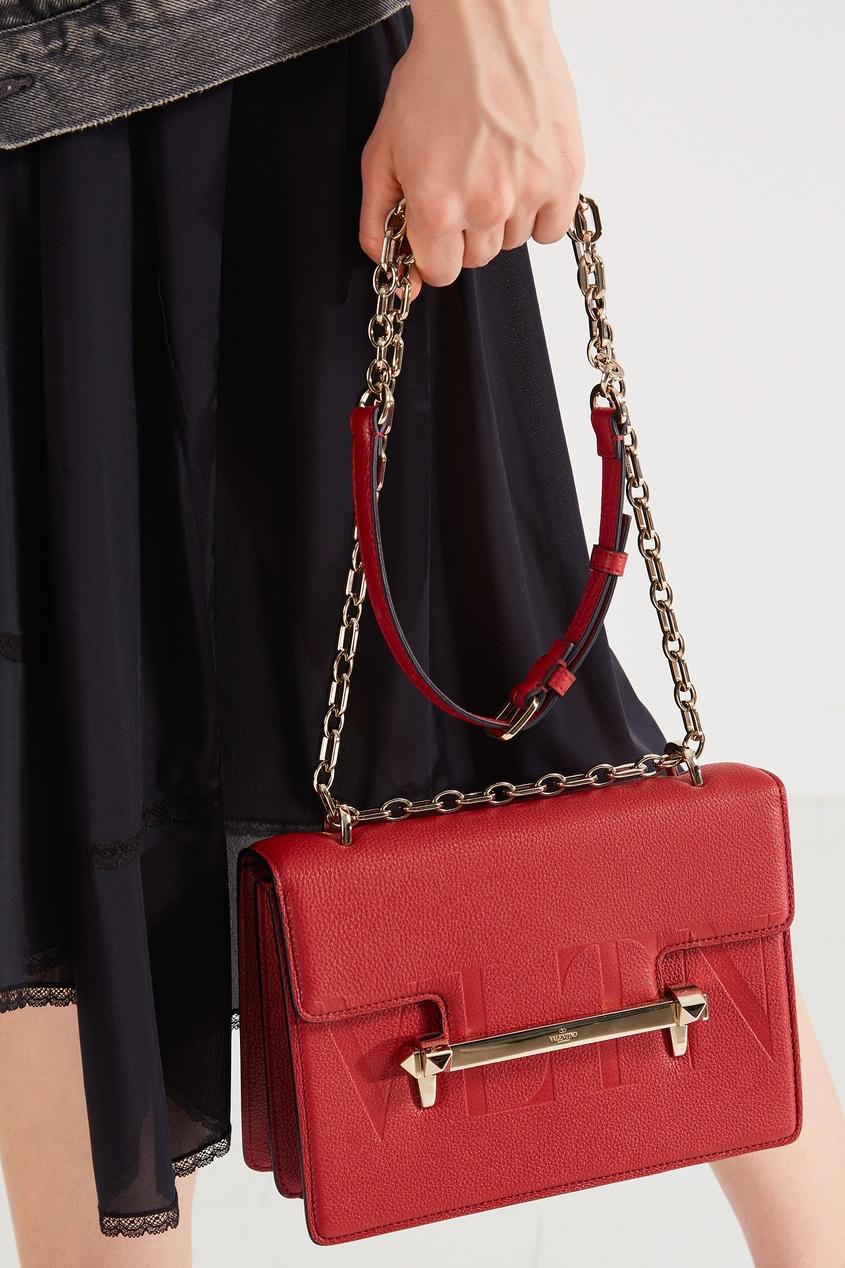 Фото 6 - Красная сумка с отделкой от Valentino красного цвета