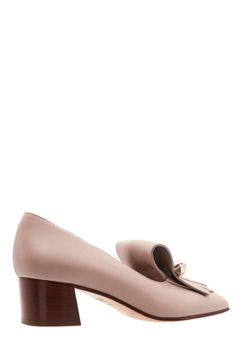 Фото 4 - Пудровые туфли с бахромой от Valentino бежевого цвета