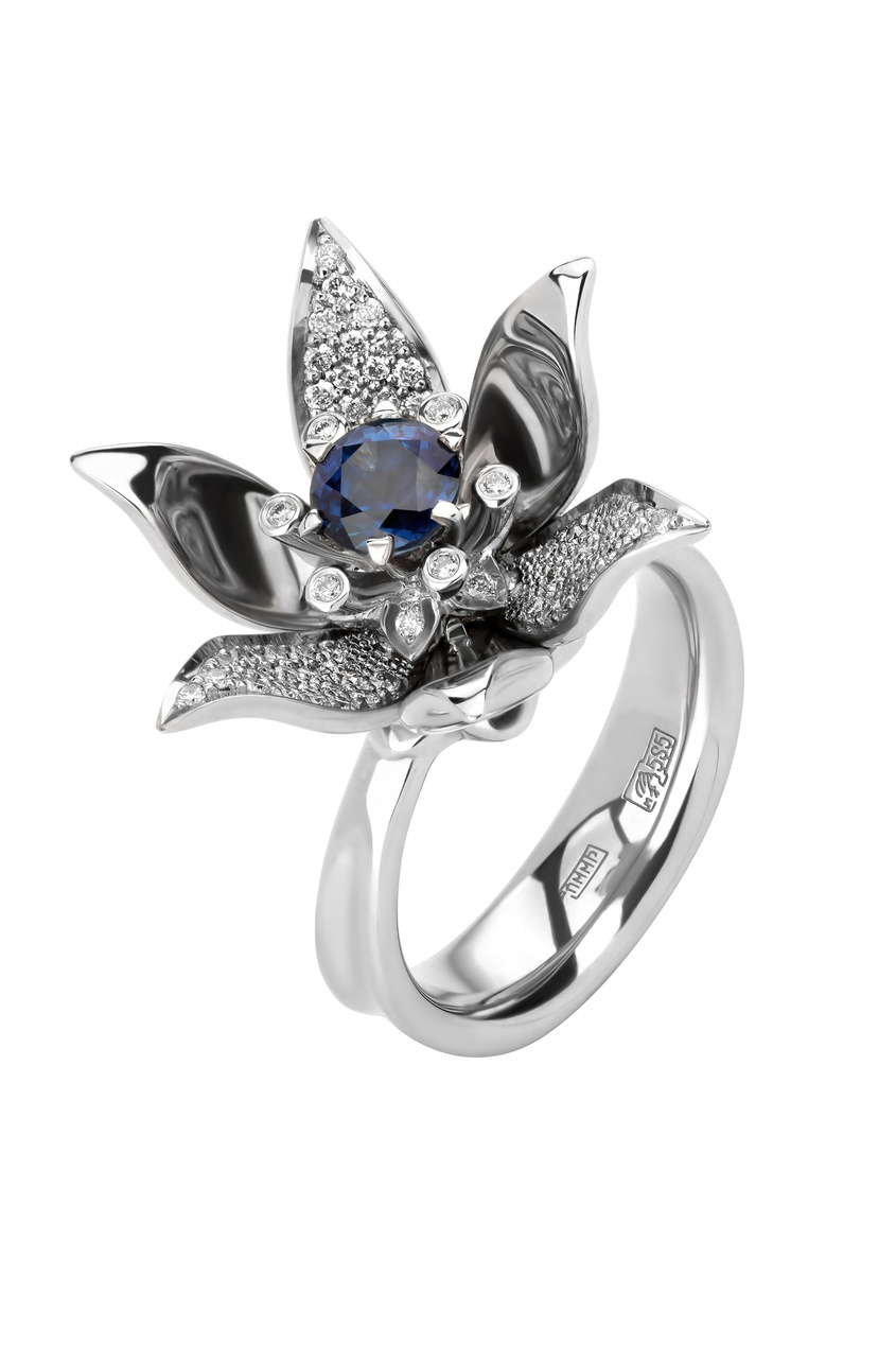 Купить Кольцо-цветок с бриллиантами и сапфиром от Кремлевские Мастера серебрянного цвета