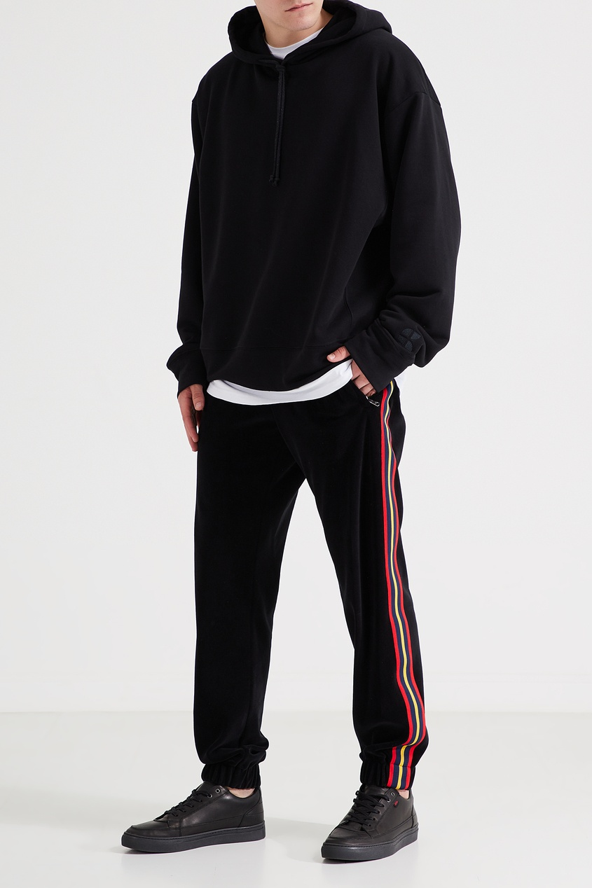 Фото 2 - Черные брюки с трехцветными лампасами от Gucci Man черного цвета