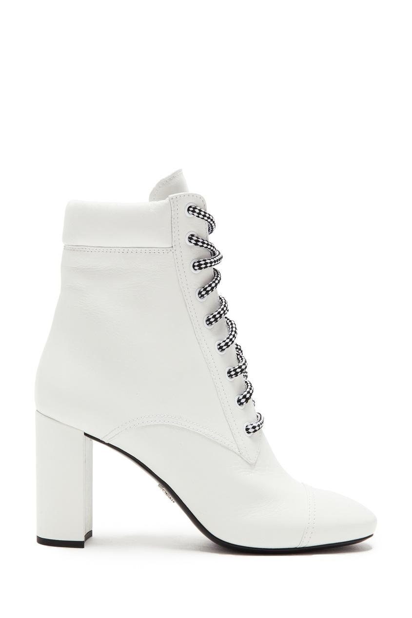Купить Белые ботильоны с черно-белыми шнурками от Prada белого цвета