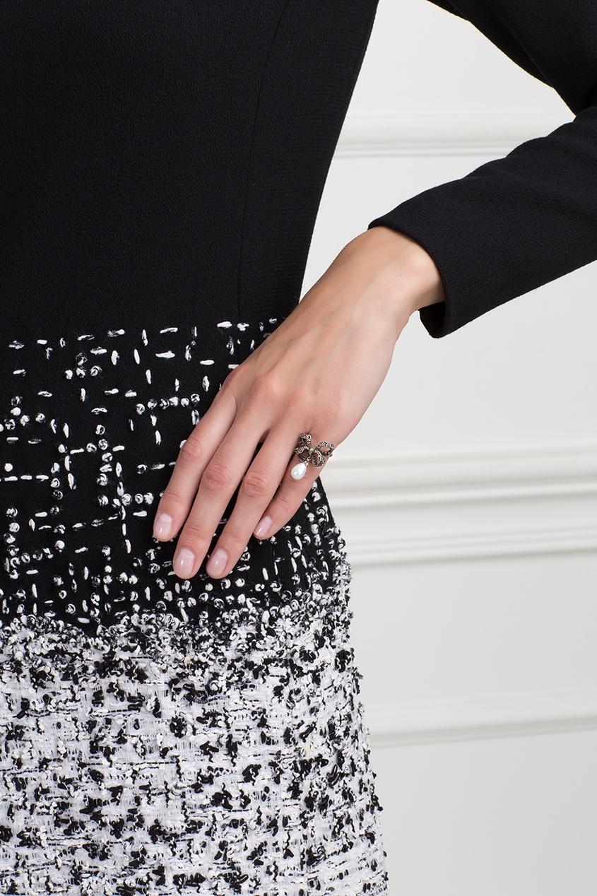 Axenoff Jewellery Серебряное кольцо с жемчугом и бесцветными топазами «Бантик» axenoff jewellery серебряные серьги щелкунчик с голубыми топазами и гранатами