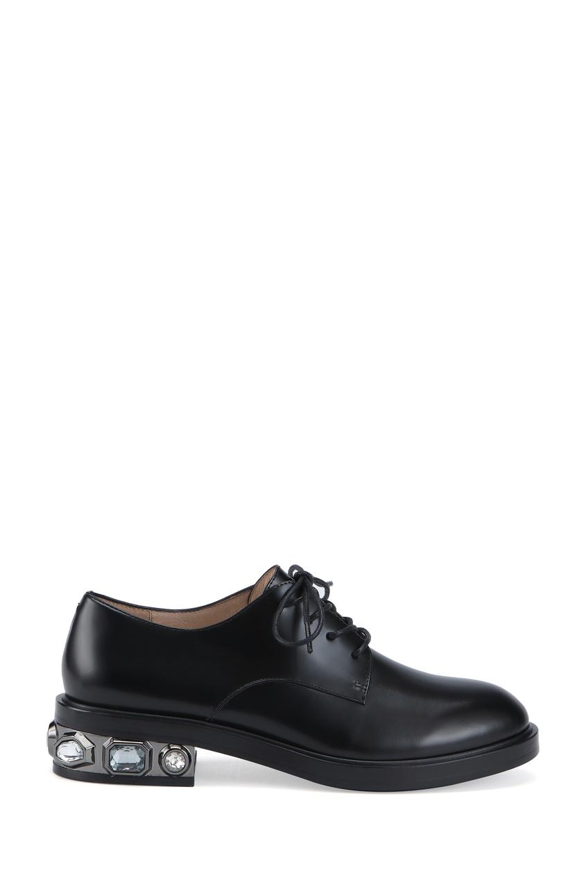 Кожаные туфли с декорированным каблуком фото